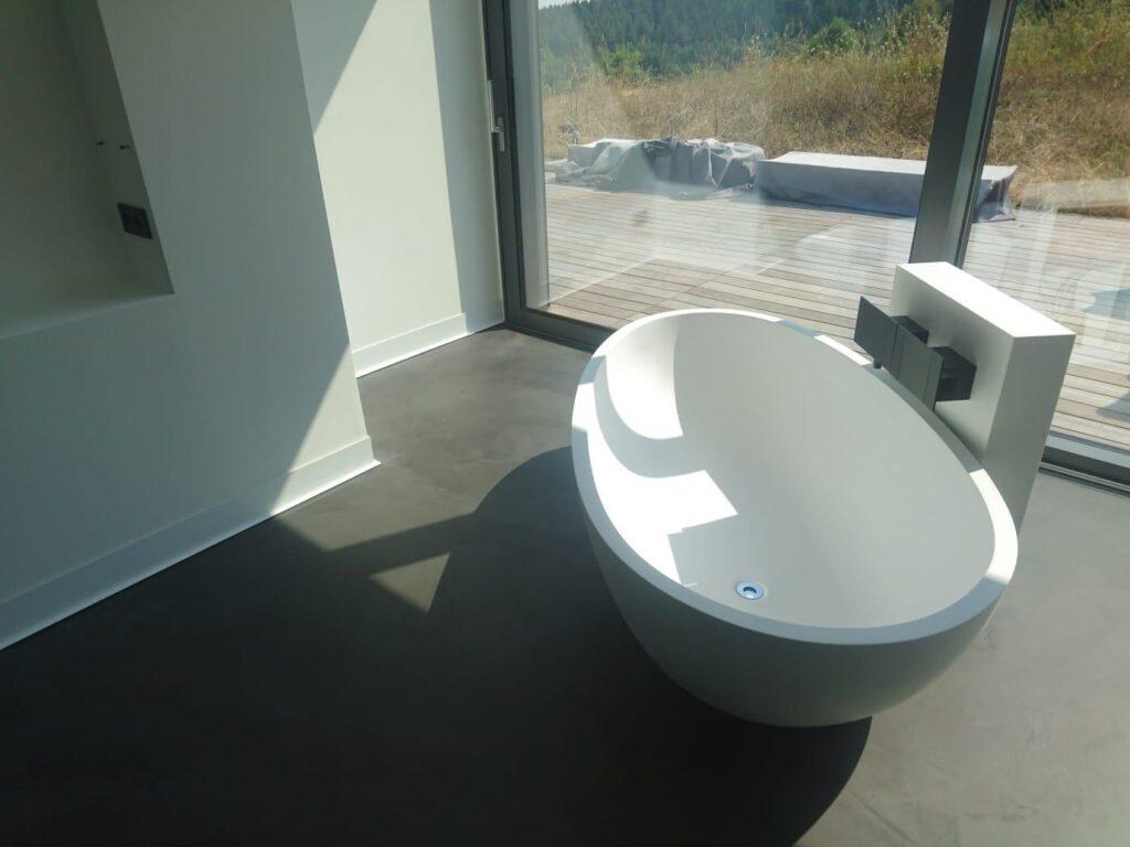 Freistehende Badewanne auf Beton Cire